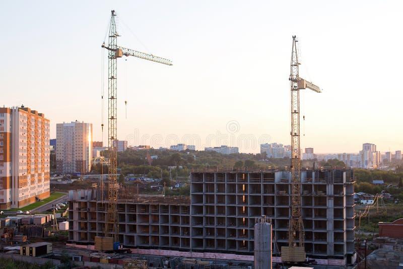 Budynków mieszkaniowych żurawie w mieście w wschód słońca i miejsce zdjęcia royalty free