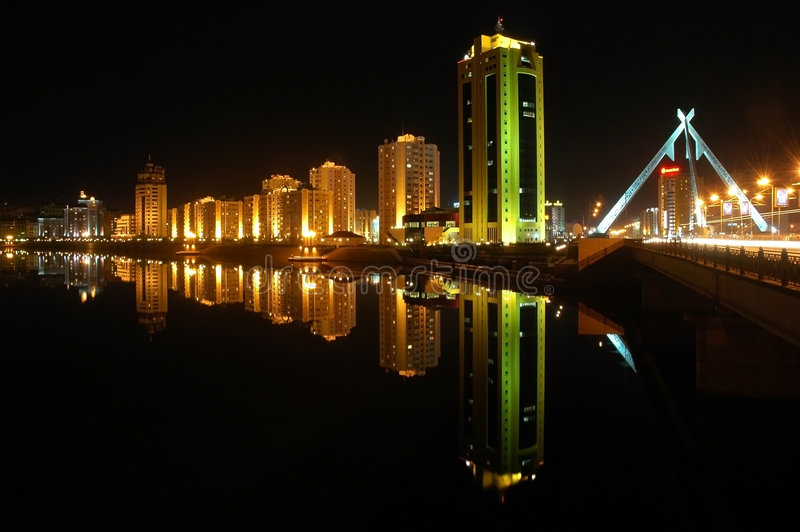 budynki astana wieczorem riverside zdjęcie royalty free