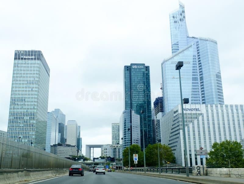 Budynki Biurowi i ruchliwa ulica w Pieniężnym okręgu, Paryż, Francja fotografia stock