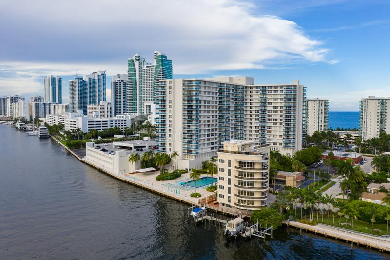 Budynki Hollywood Beach Florida condominium autorstwa Intracoastal Waterway Aerial drone shot obraz royalty free