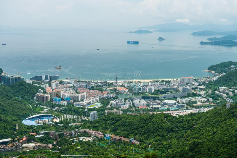 Budynki i morze na wybrzeżu Shenzhen, widok z doliny w Shenzhen Overseas Chinese Town East OCT East w Guangdong zdjęcia stock