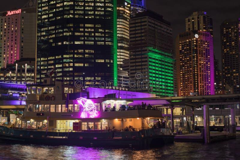 Budynki i prom w Kółkowym Quay zaświecają up podczas rocznego Sydney Żywego przedstawienia fotografia stock