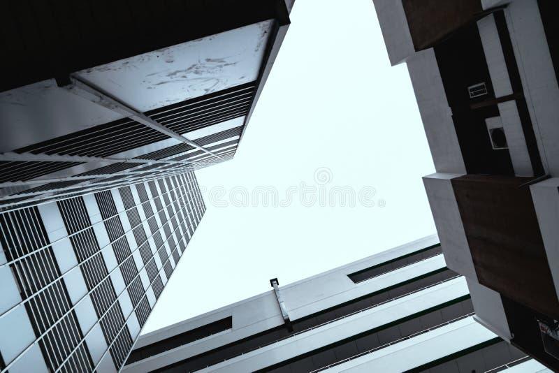 Budynki i spojrzenie przy wierzchołkiem wysoki i niebo fotografia royalty free