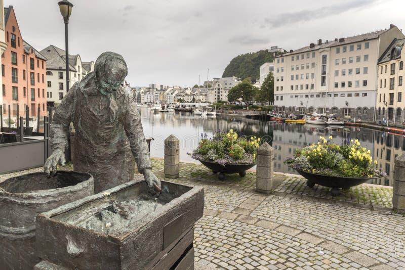 Budynki i statua fishwife Ã… lesundet Alesund cieśnina w Alesund Norwegia obraz royalty free