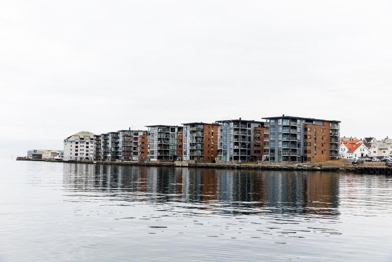 Budynki mieszkaniowi przy Hasseloy, w mieście Haugesund, Norwegia zdjęcia stock