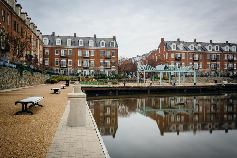 Budynki mieszkaniowi wzdłuż Potomac Rzecznego nabrzeża w Alexa, zdjęcia stock