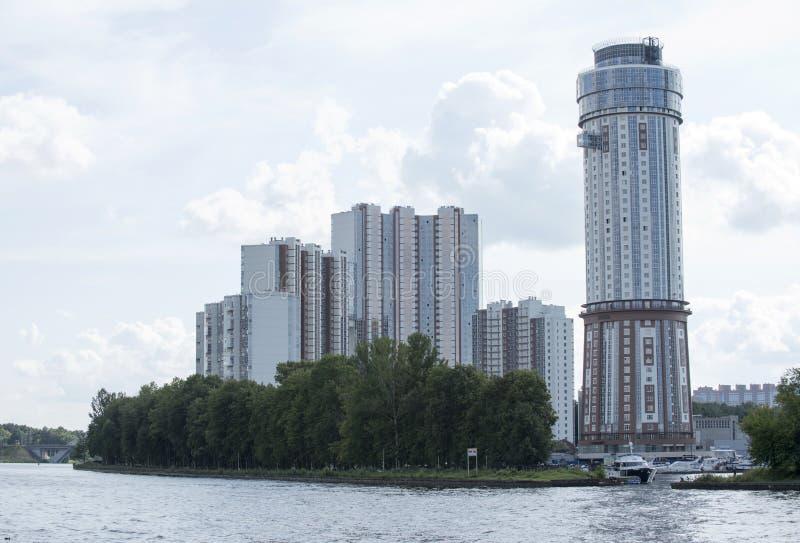 Budynki, nowi budynki, trzy kondygnacja nowego budynku mieszkaniowego zdjęcia stock