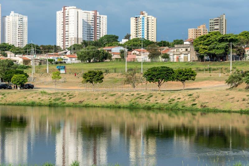Budynki odbite na wodzie rzeki, w parku ekologicznym, w Indaiatuba, Brazylia zdjęcie royalty free