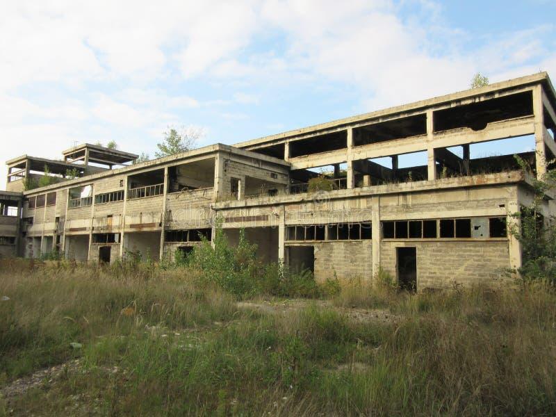 Budynki starzy łamający i porzucający przemysły w mieście Banja Luka - 1 zdjęcia royalty free