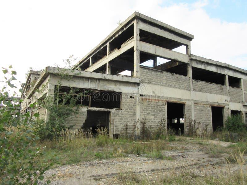 Budynki starzy łamający i porzucający przemysły w mieście Banja Luka - 3 zdjęcia stock