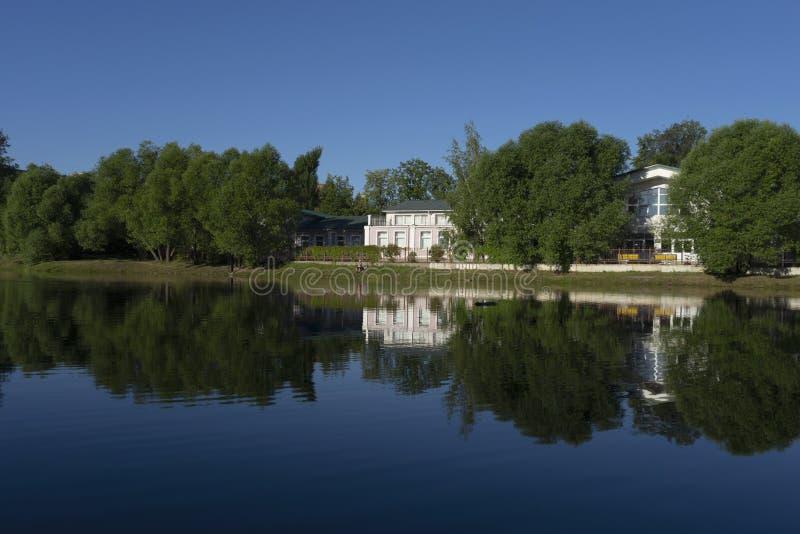 Budynki wśród drzew blisko jeziora obrazy royalty free