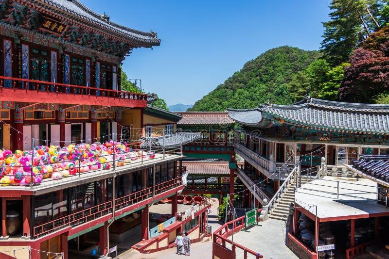 Budynki wśrodku koreańskiej Buddyjskiej świątyni powikłany Guinsa po festiwalu świętować buddhas urodzinowych Guinsa, Danyang reg fotografia stock