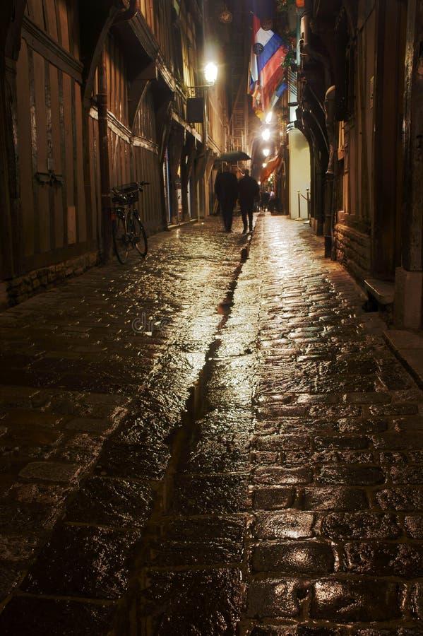 Budynki w deszczu przy nocą i ulica obrazy stock