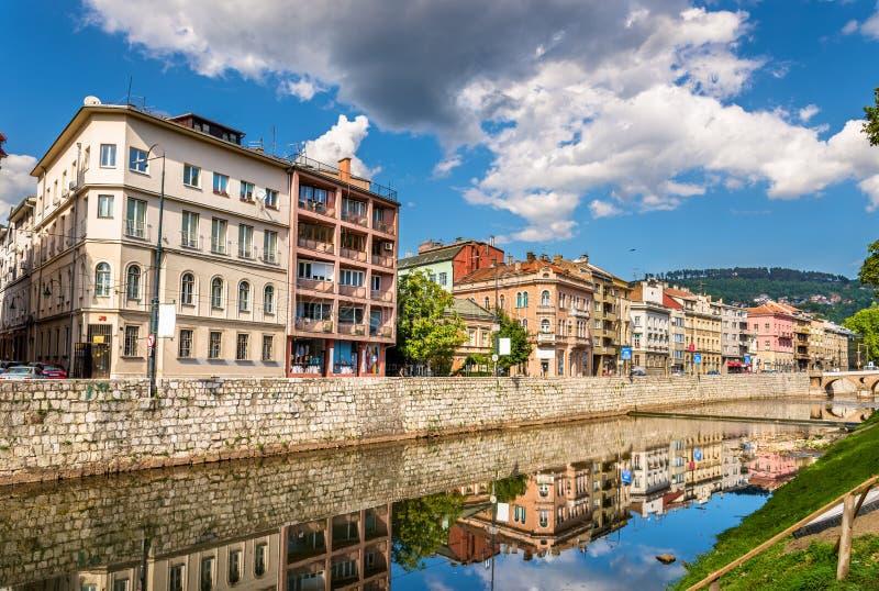 Budynki w Sarajevo nad Miljacka, Bośnia i Herze rzecznymi - obrazy stock