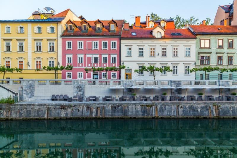 Budynki wzdłuż Ljubljana rzeki zdjęcia royalty free