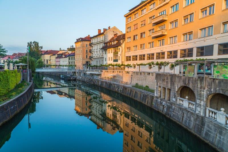 Budynki wzdłuż Ljubljana rzeki obrazy royalty free