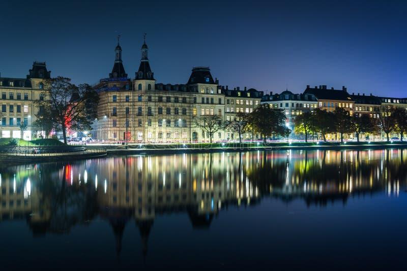 Budynki wzdłuż Peblinge Sø przy nocą, w Kopenhaga, Dani obraz stock