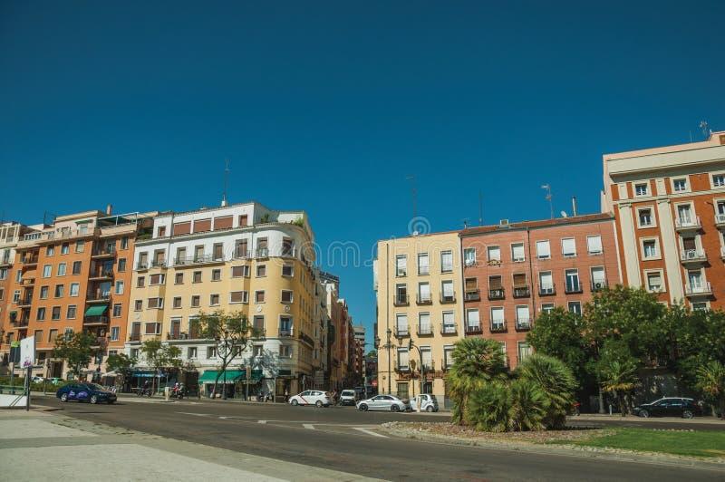 Budynki z kolorową fasadą na drewnianej ulicie z samochodami w Madryt zdjęcia royalty free