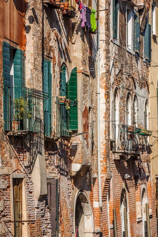 Budynki z tradycyjnymi Weneckimi okno w Wenecja, Włochy fotografia royalty free