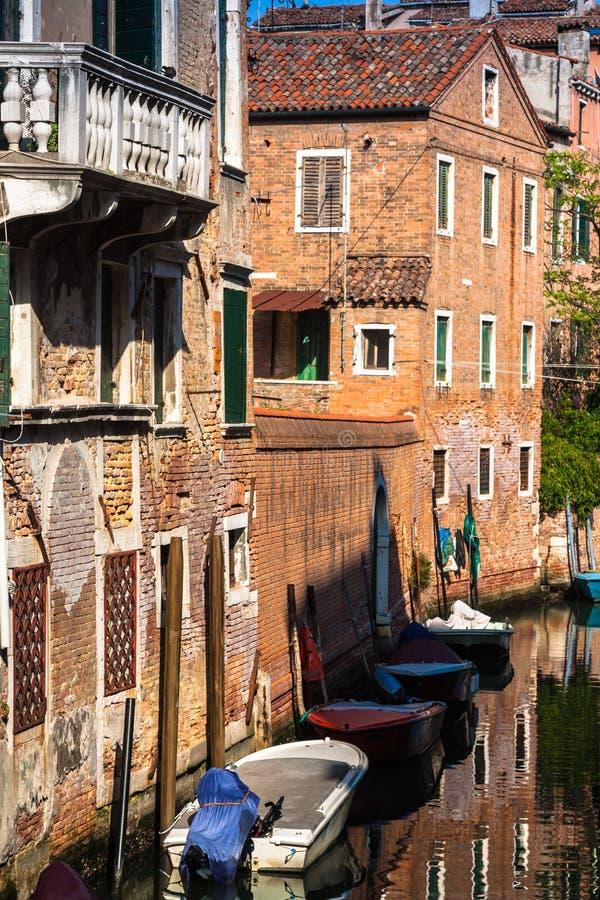 Budynki z tradycyjnymi Weneckimi okno w Wenecja, Włochy zdjęcie stock