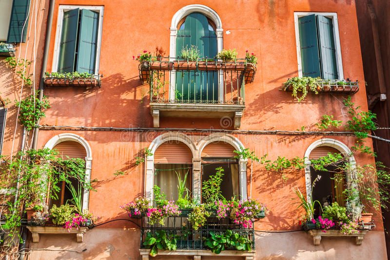 Budynki z tradycyjnymi Weneckimi okno w Wenecja, Włochy zdjęcia royalty free