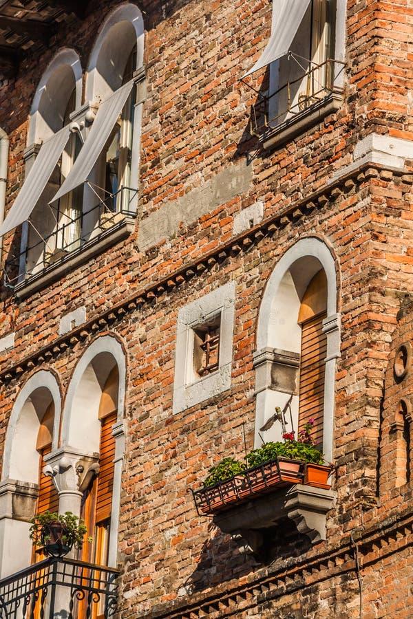 Budynki z tradycyjnymi Weneckimi okno w Wenecja, Włochy obraz royalty free