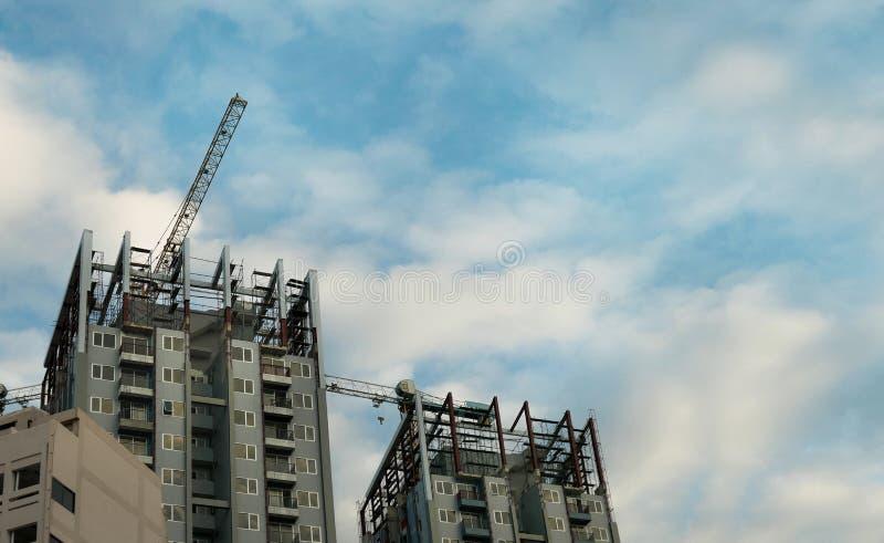 Budynku żuraw, budynki i chmurny niebo w budowie, kopii przestrzeń zdjęcie royalty free
