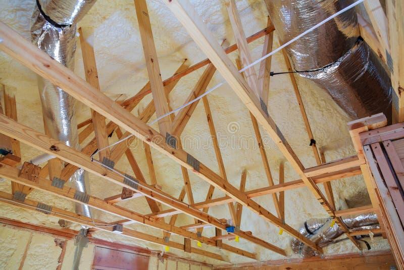 Budynku attyka wnętrze Dekarstwo budowa Salowa Drewniany Dachowy Ramowy dom fotografia stock