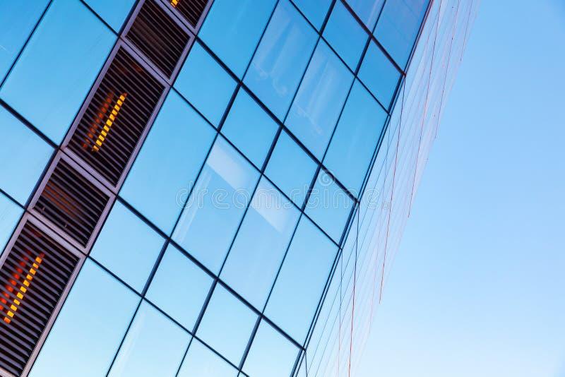 Budynku biurowego kąt robić szkło zdjęcia stock