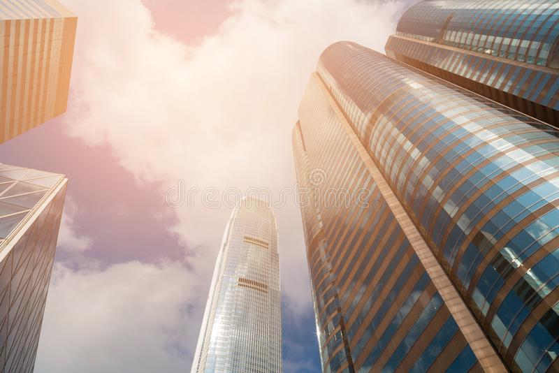 Budynku biurowy dolny widok przeciw niebieskiemu niebu zdjęcia royalty free