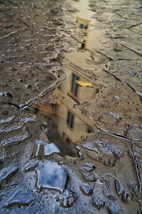 Budynku odbicie na kałuży woda obraz stock