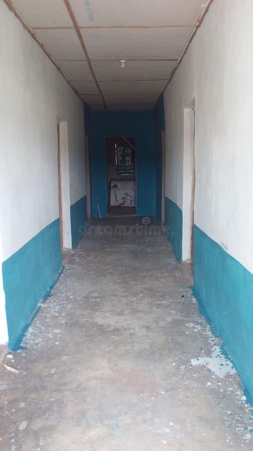 Budynku przejście, barwiony biały i błękitny obrazy royalty free