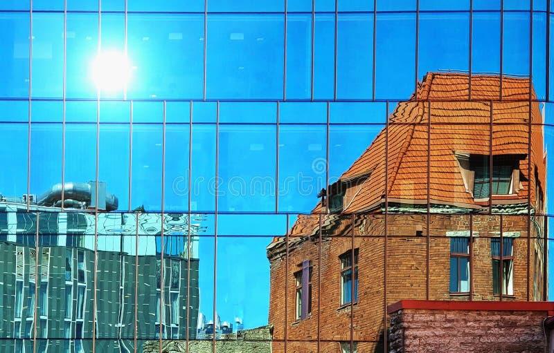 Budynku słońca fasadowego odbicia nowożytnego, starego rocznika domu Windows błękitny szkło i i fotografia stock