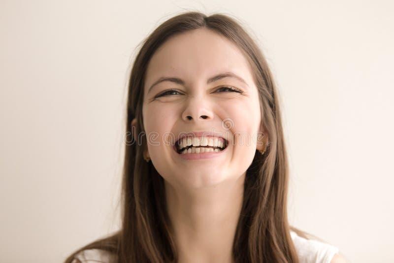 Budzący emocje headshot portret roześmiana młoda kobieta zdjęcie stock