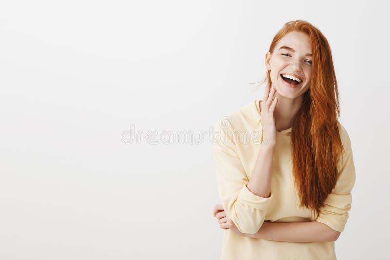 Budzący emocje rudzielec dziewczyna ono uśmiecha się szeroko od szczęścia Portret powabna młoda europejska kobieta z imbirowym wł obraz royalty free