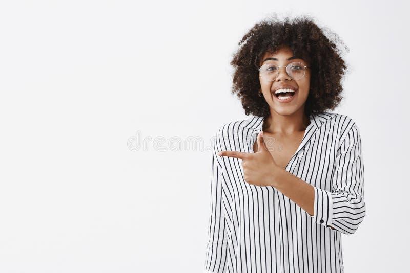 Budzący emocje z podnieceniem, szczęśliwa śliczna amerykanin afrykańskiego pochodzenia kobieta w śmia się od i i fotografia stock