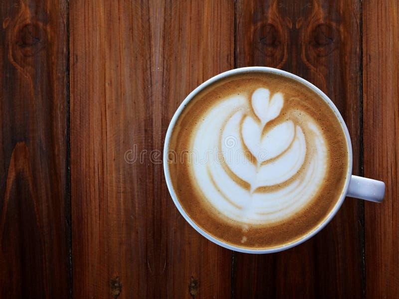 Budził się i pełna pełni energia, filiżanka miłość, kierowa latte sztuki kawa zdjęcie royalty free