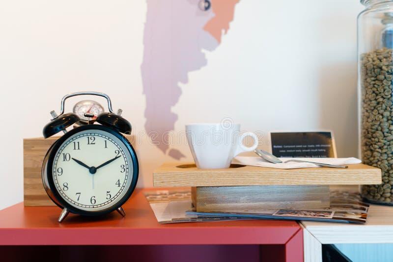 Budzik z kawowymi fasolami w szklanym pucharze i filiżance obraz royalty free