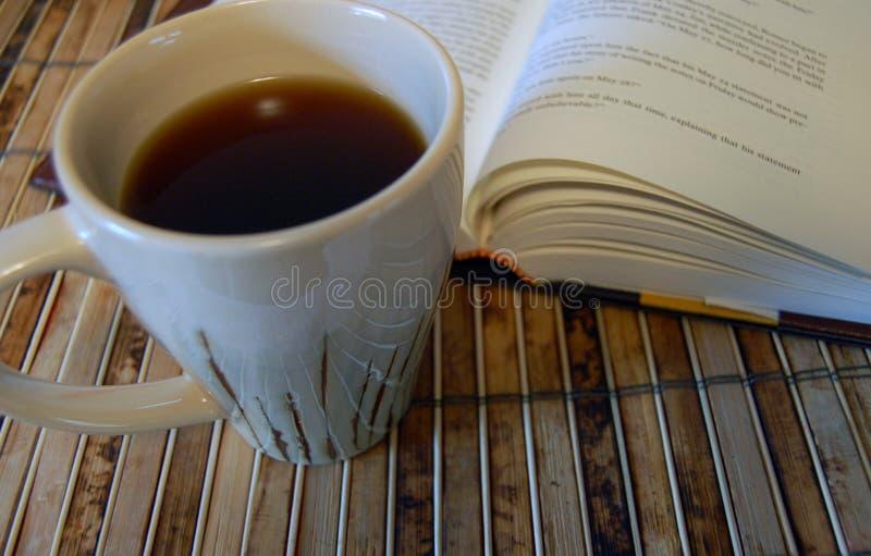 Buen café y un buen libro imagenes de archivo