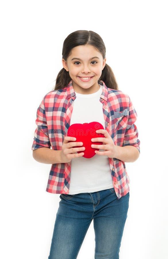 Buen corazón Niña que lleva a cabo el corazón rojo Poco niño que expresa amor en día de San Valentín Muchacha linda en amor tenie foto de archivo