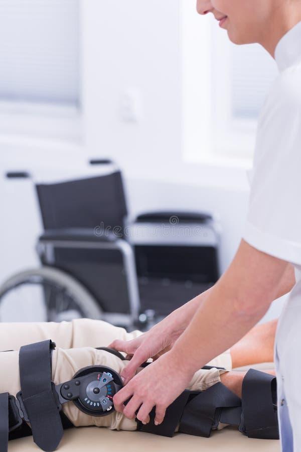 Buen doctor ese cuidados sobre su paciente imagen de archivo libre de regalías