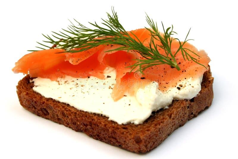 Buen emparedado del alimento con los salmones fumados imagenes de archivo