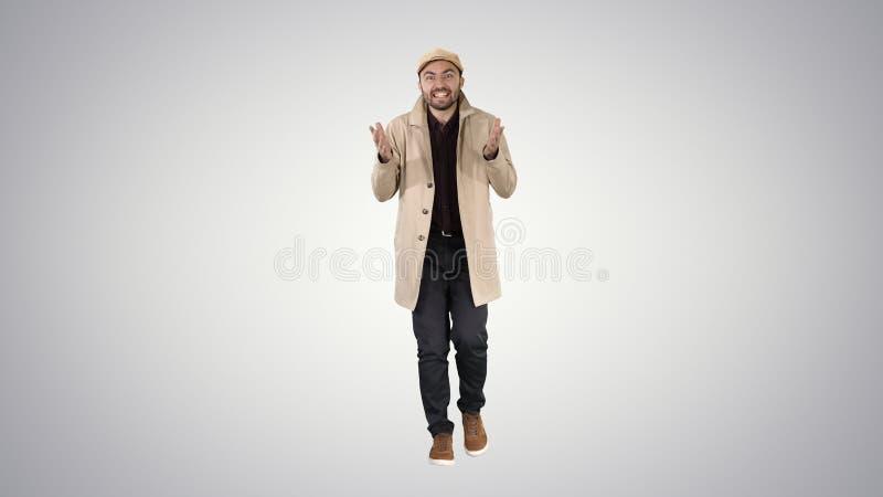 Buen hombre del trabajo es decir, que camina y que hace gestos en fondo de la pendiente imagenes de archivo