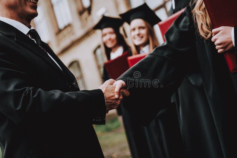 Buen humor profesor Diplomas de los estudiantes graduado imagenes de archivo