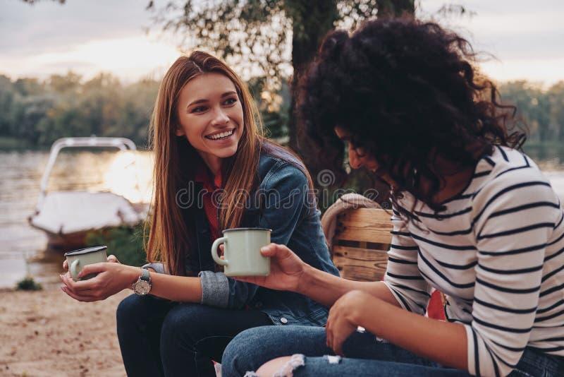 Buena charla con el amigo fotos de archivo libres de regalías
