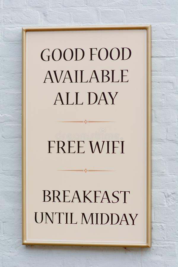Buena comida disponible todo el día y muestra libre de Wifi fuera del pub foto de archivo libre de regalías