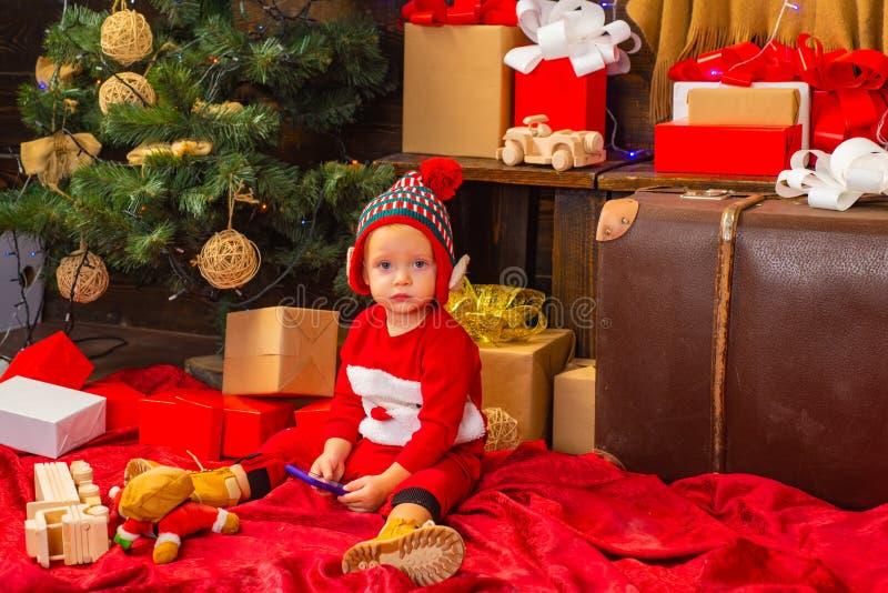 Buena Feliz Navidad y Feliz Año Nuevo, un saludo y aprender de la comodidad del hogar Muchacha feliz del niño con a foto de archivo libre de regalías