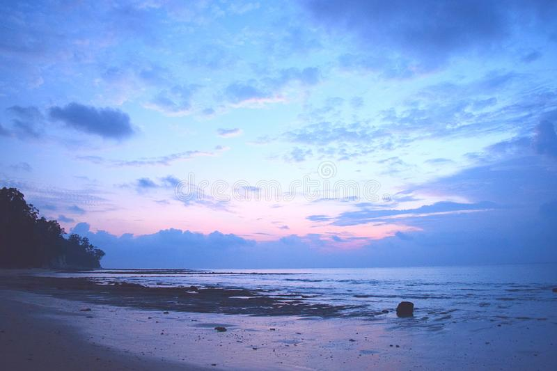 Buena mañana - colores del amanecer en cielo en Serene Beach - horas antes de la salida del sol - Sitapur, Neil Island, Andaman N foto de archivo