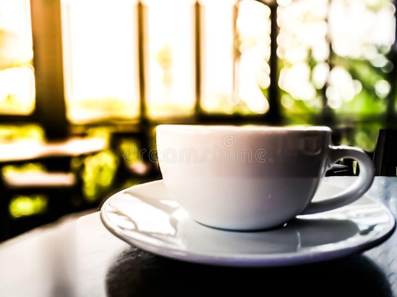 Buena mañana en cafetería en Tailandia - café blanco de la taza en la madera foto de archivo libre de regalías