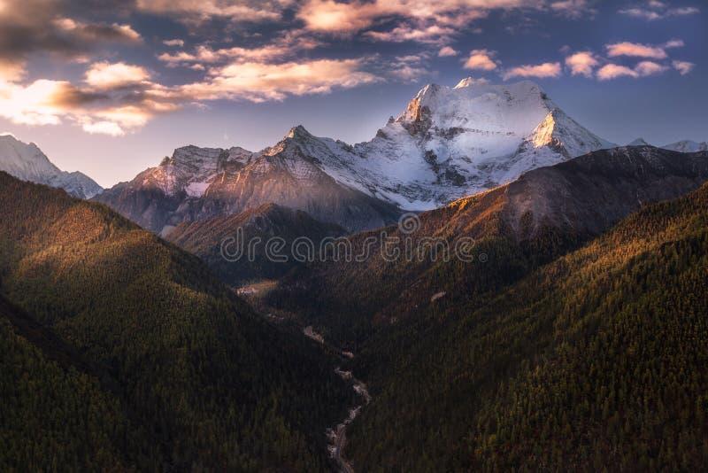 Buena mañana, montaña de la nieve del sennairi imagenes de archivo